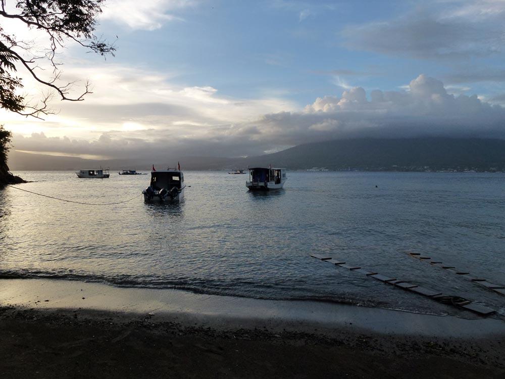 De duikboten bij het prive strand van Divers Lodge Lembeh
