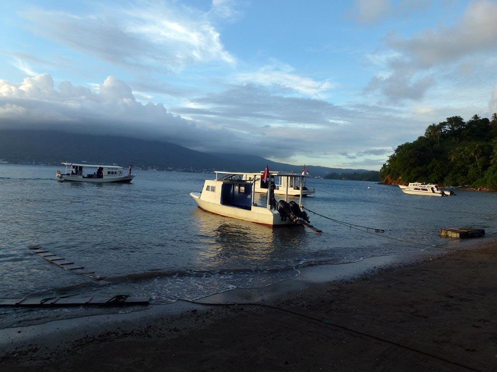 De rest van het strand en de bootjes